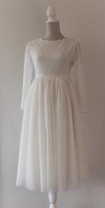 Et bredt silkebånd i burgunder ble i bryllupet brukt som belte i midjen.