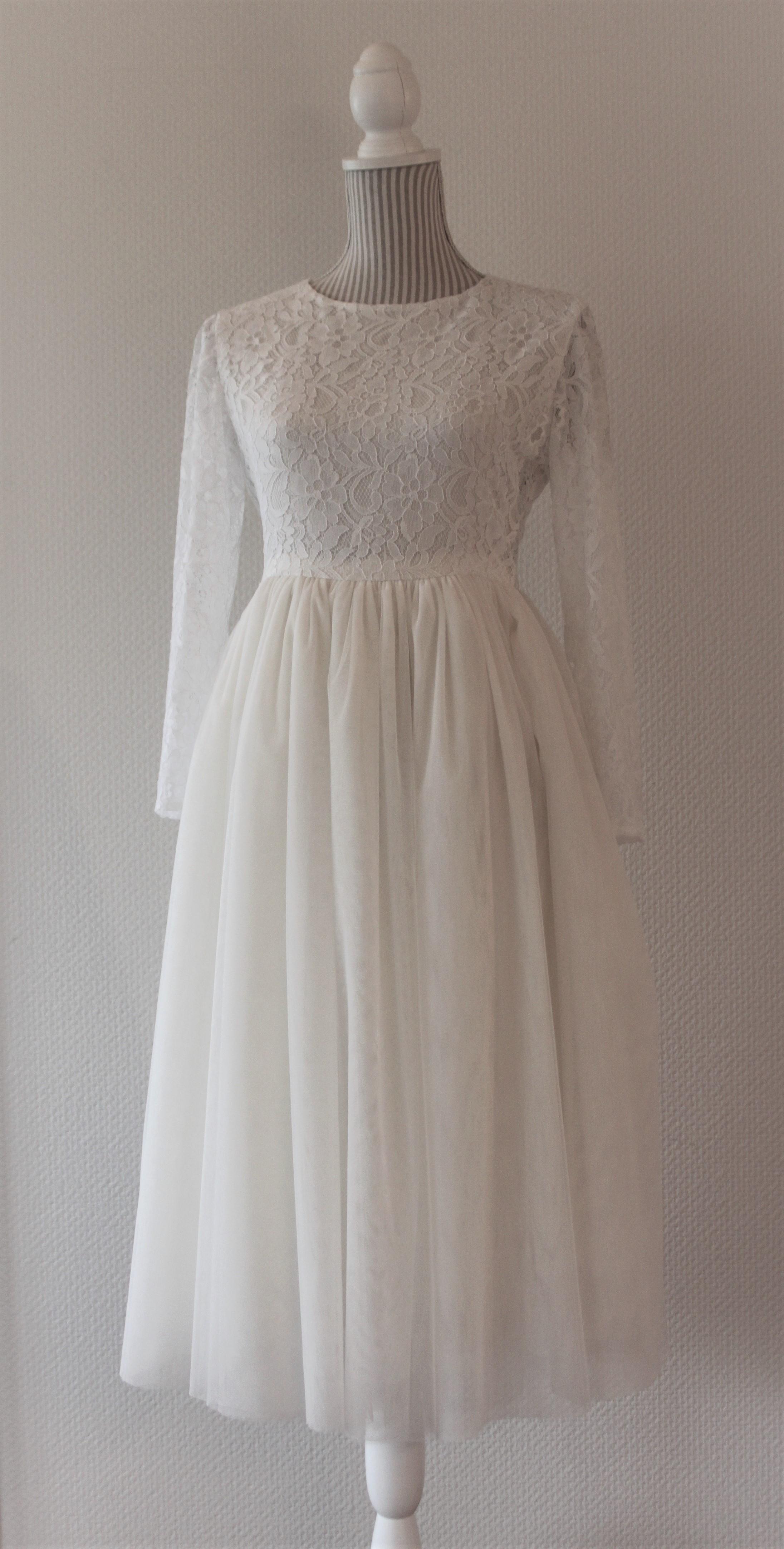bfc1adde Et bredt silkebånd i burgunder ble i bryllupet brukt som belte i midjen.